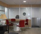 Mesa de oficina cuadrada de MC Mobiliario Comercial