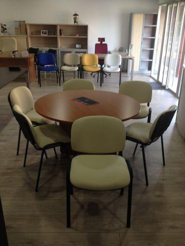 Mesa reunión, sillas confidentes